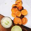 Zoete aardappelchips met gezonde dipsaus