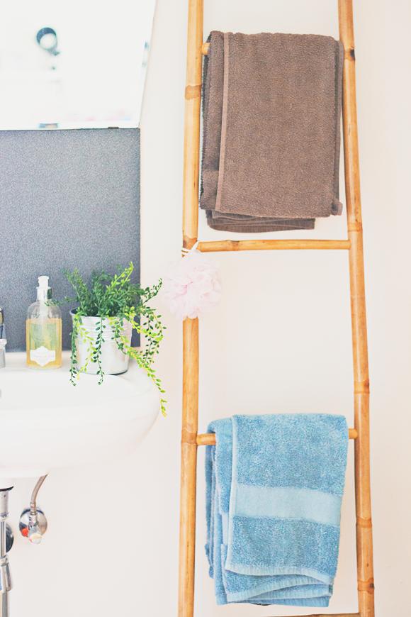 Kleine badkamer tip: ladder voor handdoeken! | The Life Factory