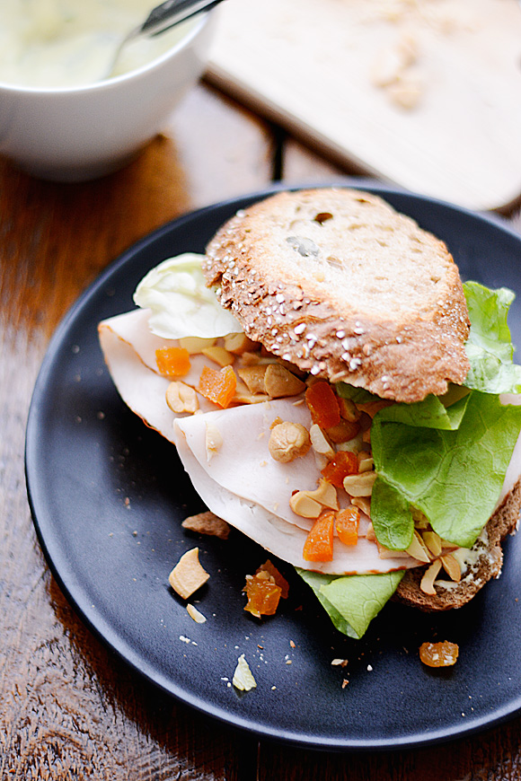 Belegd broodje met kip, abrikoos en dressing