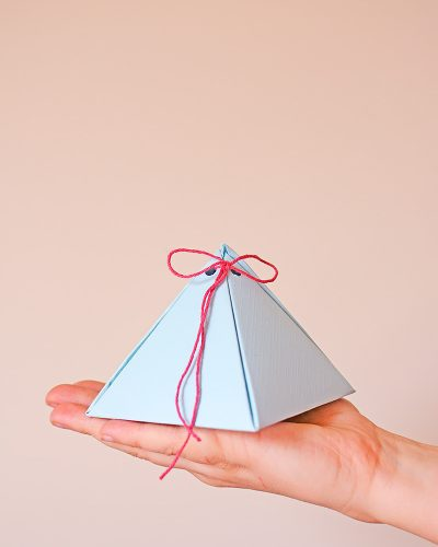 Maak zelf een schattig piramide geschenkdoosje